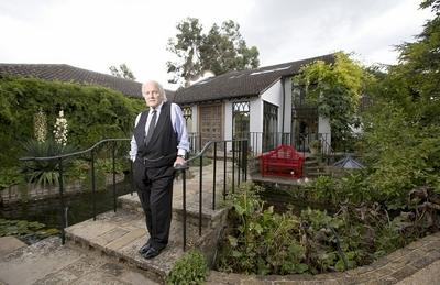 英退休老人花30年将平房改造成豪华宫殿